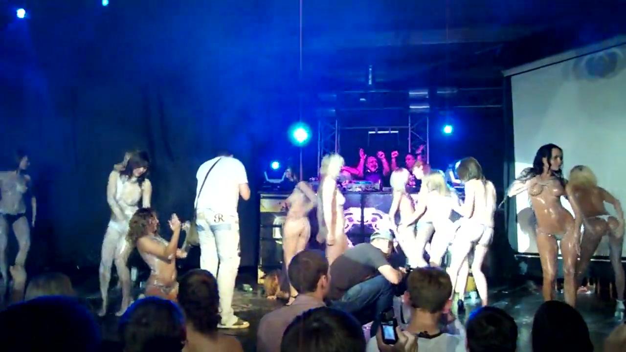 В клубе голые