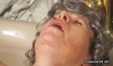 Седая 60 летняя бабушка занимается мастурбацией в ванной одна