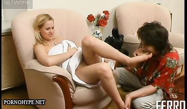 Фут фетишист трахает девушку в туфли, а потом во влагалище