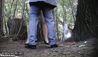 Жена присела пописать в лесу в присутствии мужа