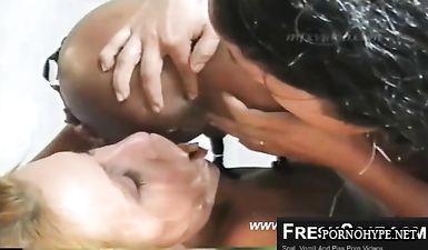 Негритянка какает в рот по очереди двум девушкам - лесбиянкам