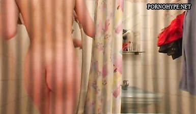 Две сестры купаются в душе и не знают что брат снимает их скрытой камерой