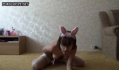 Молодая русская извращенка сидит пиздой на вибраторе и дрочит клитор