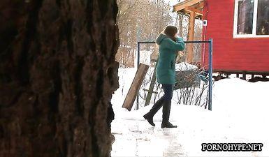 Красивая девушка вышла из дома пописать во дворе зимой
