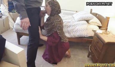 Мусульманка в паранже делает минет за деньги белому европейцу