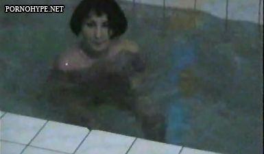 Муж снимает голую жену в бассейне (домашнее ретро видео)