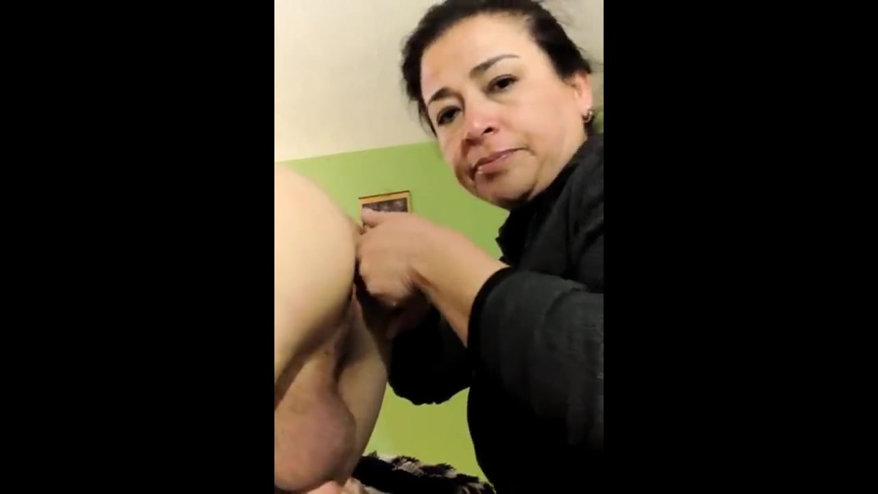Жена лижет дырку в жопе мужу, который стоит раком - порно видео на ...