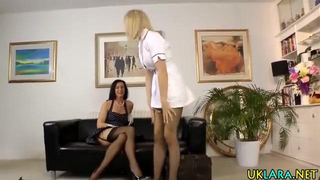 porno-ebut-rakom-moloduyu-krasivie-golie-devushki-v-kolgotkah-video