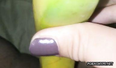 Сестра дрочит бананом без смазки (видео с телефона сестры)