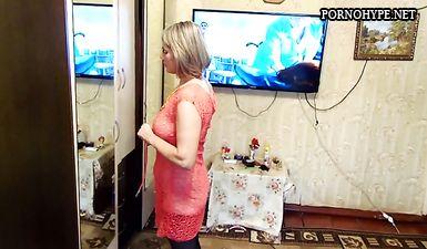 Муж снимает как зрелая жена переодевается
