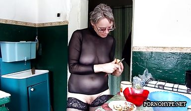 Зрелая жена без трусов на кухне готовит обед
