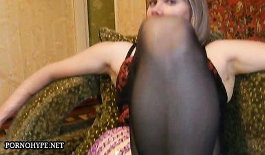 Жена раздвинула ноги и показывает влагалище мужу с камерой