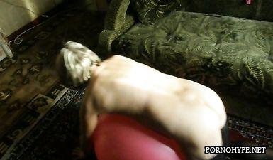 Голая зрелая жена в чулках занимается на фит боле, а муж снимает