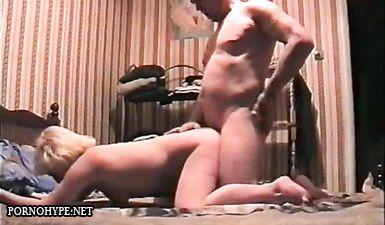 Пузатый мужик трахает проститутку раком и кончает на спину